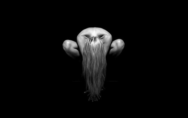 Фото обои фон, чёрный, волосы, плечи, кисти, колени