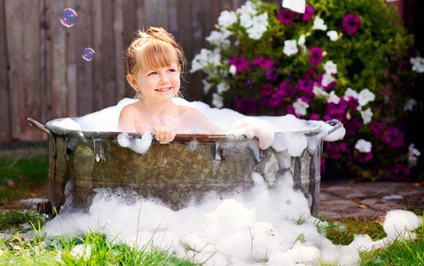 Фото обои цветы, улыбка, сад, мыльные пузыри, девочка, ванна, солнечно