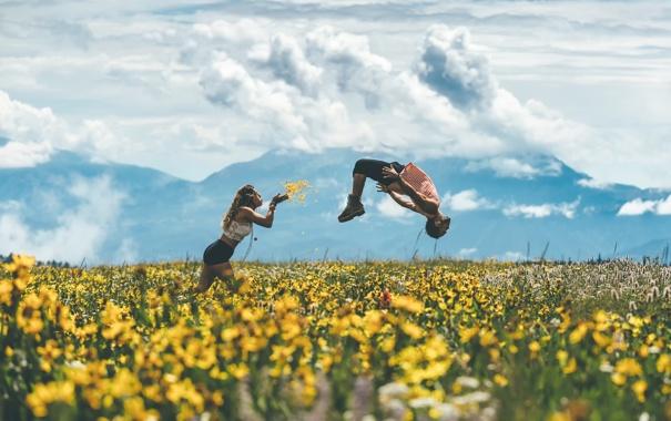 Фото обои поле, девушка, прыжок, Flight, парень