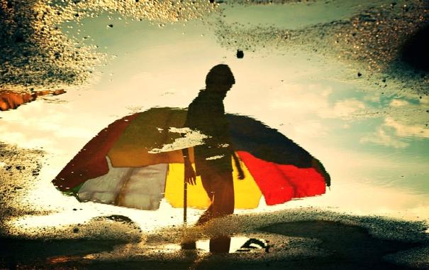 Фото обои грусть, отражение, зонт, лужа, силуэт