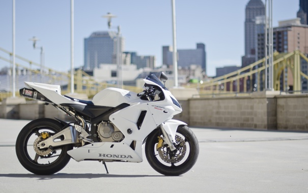 Фото обои city, город, мотоцикл, белая, white, honda, хонда