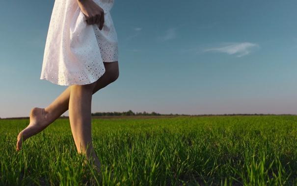 Фото обои зелень, небо, трава, девушка, облака, фон, widescreen