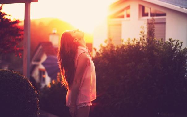 Фото обои девушка, солнце, шорты, двор, профиль, шея