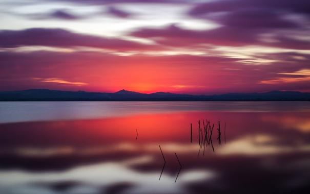 Фото обои небо, облака, горы, озеро, отражение, зарево