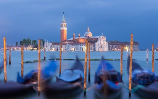 Фото обои Венеция, канал, гондола, вечер, лодки, огни, остров