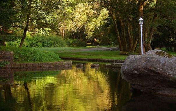 Фото обои трава, вода, деревья, парк, река, камни, фонарь