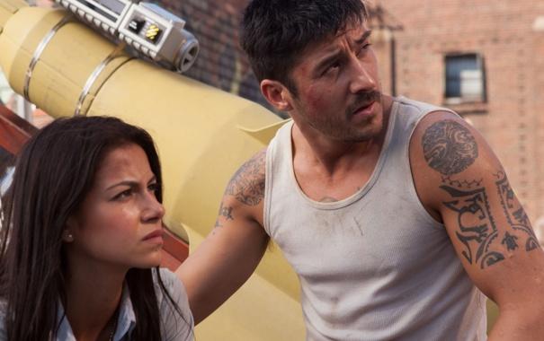 Фото обои девушка, мужик, David Belle, Brick Mansions, Catalina Denis, Кирпичные особняки