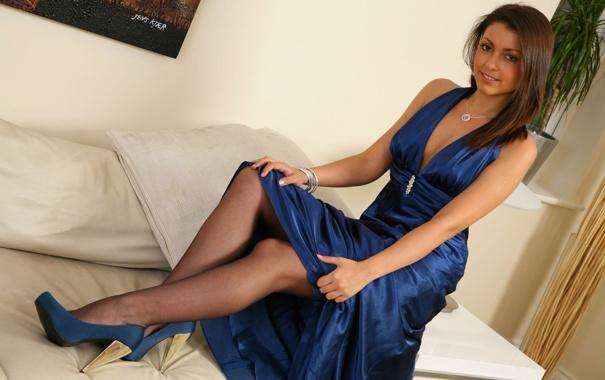 в синем платье и чулках фото
