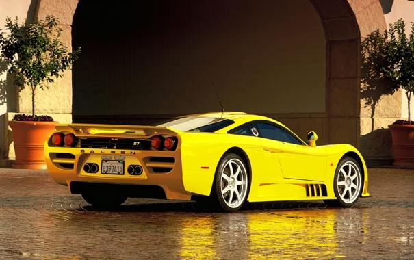 Фото обои желтый, отражение, арка, Saleen, вид сзади, кусты, гиперкар