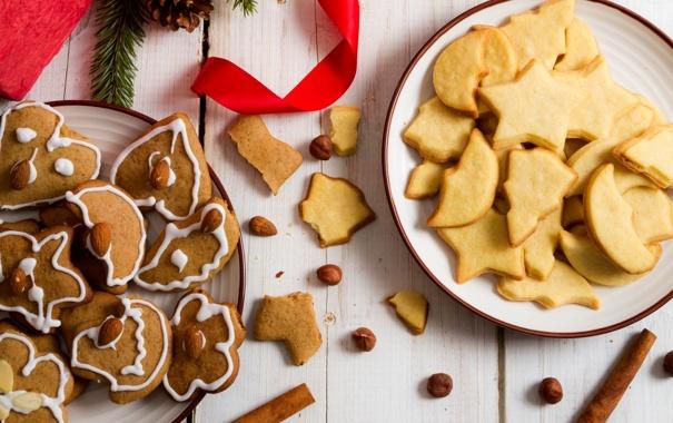 Фото обои корица, шишка, новогоднее, тарелки, орехи, миндаль, печенье