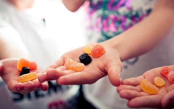 Фото обои дети, настроение, сладость, руки, смайлы, мармелад