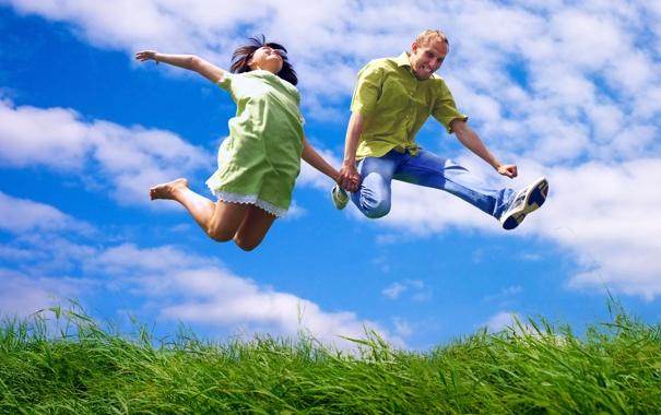 Фото обои небо, трава, девушка, радость, настроение, прыжок, парень