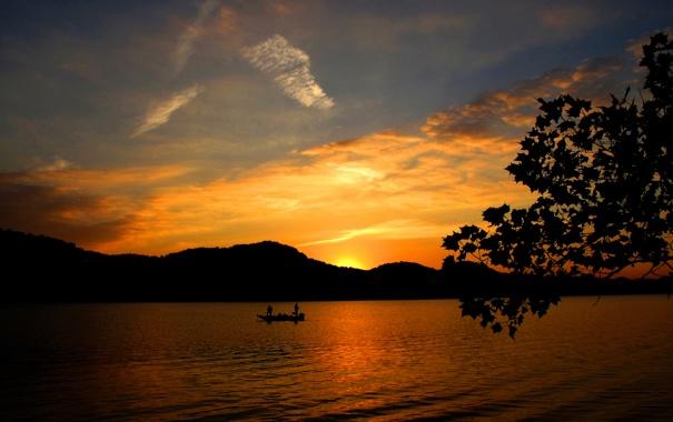 Фото обои небо, деревья, закат, горы, озеро, лодка, рыбаки