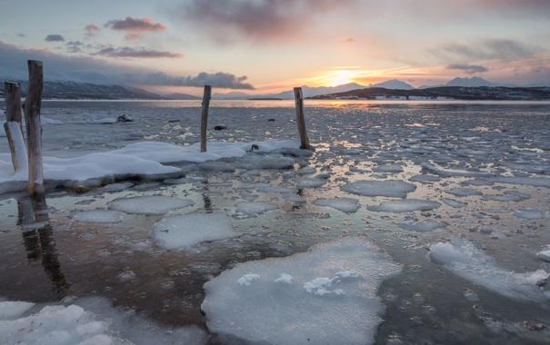 Фото обои холод, лед, закат, озеро, столбы, льдины
