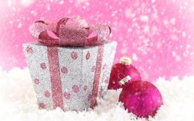 Обои зима, снег, коробка, розовая, игрушка, шарик, Новый Год