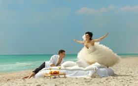 Картинка песок, море, девушка, радость, берег, подушки, платье