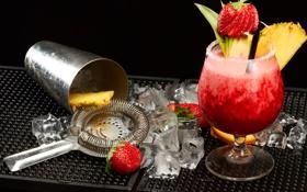 Обои лед, ягоды, бокал, клубника, коктейль, напиток, ананас