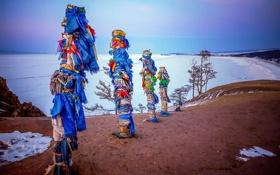 Обои зима, небо, озеро, ленты, столбы, остров, Байкал