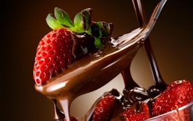 Картинка клубника, ложка, шоколад, креманка, ягоды, листья, сладкое