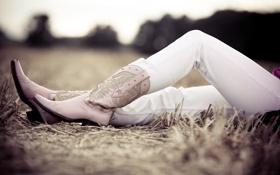 Картинка поле, трава, фото, девушки, настроение, ноги, обувь