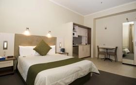 Обои стол, кровать, стулья, зеркало, шкаф, отель, гостиница