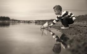 Картинка мальчик, кораблик, монохромное фото
