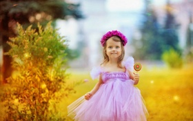 Обои закат, природа, улыбка, платье, Девочка, конфета, венок