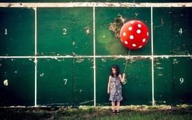 Картинка стена, шар, девочка