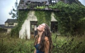 Картинка девушка, капли, улыбка, дом, дождь, локоны
