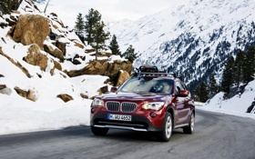 Обои дорога, авто, снег, горы, красный, камни, фары