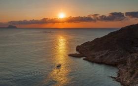 Обои солнце, закат, скалы, лодки, Средиземное море