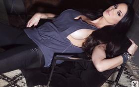 Картинка взгляд, кресло, брюнетка, лежит, Tiffany Taylor