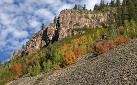 Картинка осень, небо, облака, деревья, горы, скала, склон