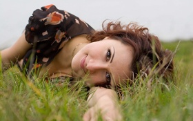 Картинка трава, взгляд, улыбка, рука