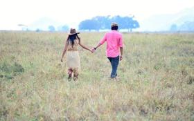 Обои зелень, поле, трава, девушка, деревья, любовь, фон