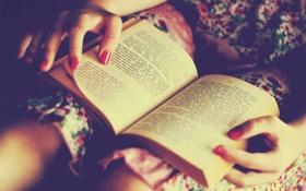 Обои буквы, руки, книга, страницы, маникюр