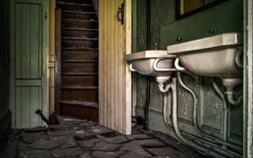 Картинка дверь, лестница, умывальники