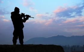 Обои небо, облака, горы, оружие, силуэт, солдат