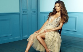 Картинка актриса, сидит на стуле, eva longoria, ева лонгория, красивое бежевое платье, блестки серебрянные, голубая комната