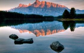 Обои вода, скала, отражение, гора