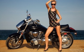 Картинка море, девушка, океан, обои, ноги, очки, мотоцикл