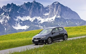 Картинка дорога, трава, горы, машины, фото, обои, volkswagen