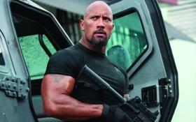 Обои оружие, тату, футболка, автомат, перчатки, мускулы, Дуэйн Джонсон