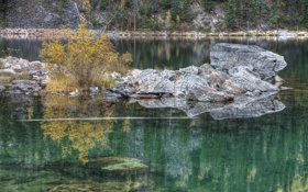 Обои деревья, осень, озеро, камни, куст