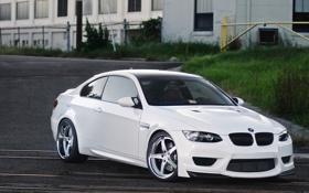 Обои белый, газон, здание, bmw, бмв, white, wheels