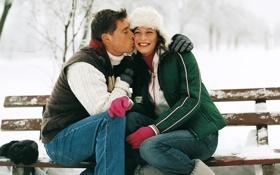 Обои поцелуй, парень, зима, лавочка, снег, девушка, улыбка