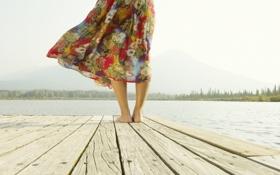 Обои река, лето, девушка, юбка, море, мостки, ветер