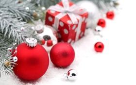 Обои зима, шарики, ветки, игрушки, елка, ель, подарки
