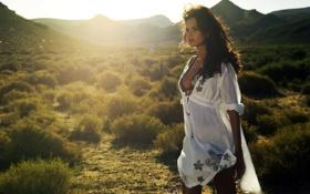 Картинка девушка, солнце, лучи, свет, горы, холмы