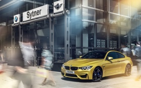 Обои бмв, BMW, жёлтая, yellow, Coupe, пешеходы, F82